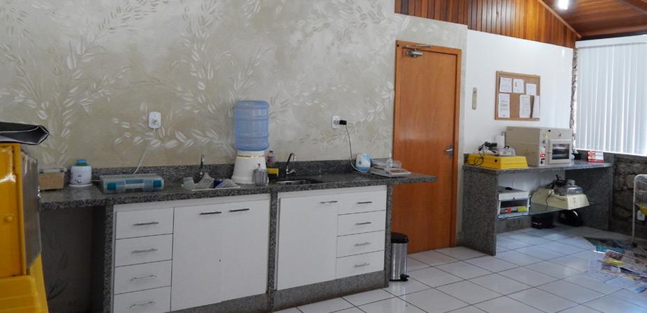 Sala com bebedouro e aparelhagem para cuidados animais
